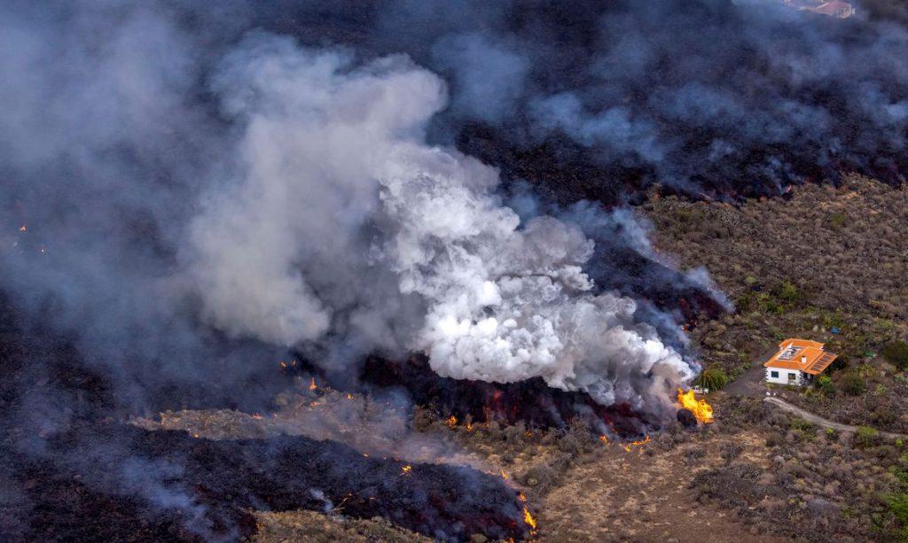 2021 09 24t095223z 182233952 rc2ptp9tjal2 rtrmadp 3 spain volcano lava houses 1024x613 - MILAGRE! Casa escapa de rio de lava após erupção de vulcão em La Palma - VEJA VÍDEO