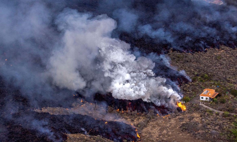 2021 09 24t095223z 182233952 rc2ptp9tjal2 rtrmadp 3 spain volcano lava houses - MILAGRE! Casa escapa de rio de lava após erupção de vulcão em La Palma - VEJA VÍDEO