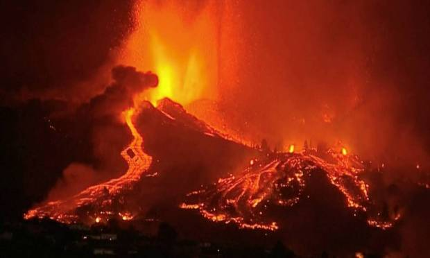 620x372x95341013 Lava pours out of a volcano in the Cumbre Vieja national park at El Paso on the Canary Isla.jpg.pagespeed.ic . lf4tYPdYi - ASSUSTADOR: Cume do vulcão de La Palma sofre ruptura parcial em meio a fechamento de aeroporto