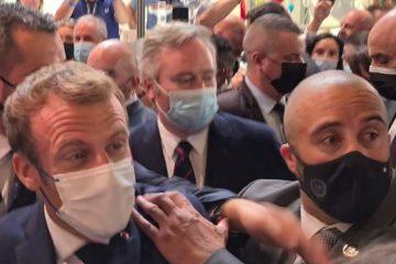 870x489 61519929c14fd macron oeuf 360x240 - Emmanuel Macron é atingido por ovo durante evento gastronômico na França