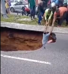 Captura de tela 2021 09 03 145623 - Três pessoas foram resgatadas de cratera aberta na avenida Dom Pedro II, vítimas tiveram ferimentos leves - VEJA VÍDEO