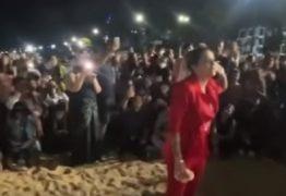 Após ter igreja fechada, pastora Renallida leva fiéis à praia e gera grande aglomeração que conta com pessoas sem máscaras – VEJA VÍDEO