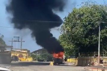 PERIGO! Lancha pega fogo na praia do Jacaré, em Cabedelo – VEJA VÍDEO