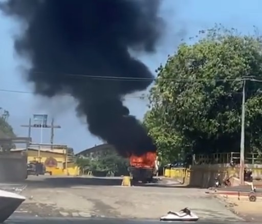 Captura de tela 2021 09 25 143040 - PERIGO! Lancha pega fogo na praia do Jacaré, em Cabedelo - VEJA VÍDEO