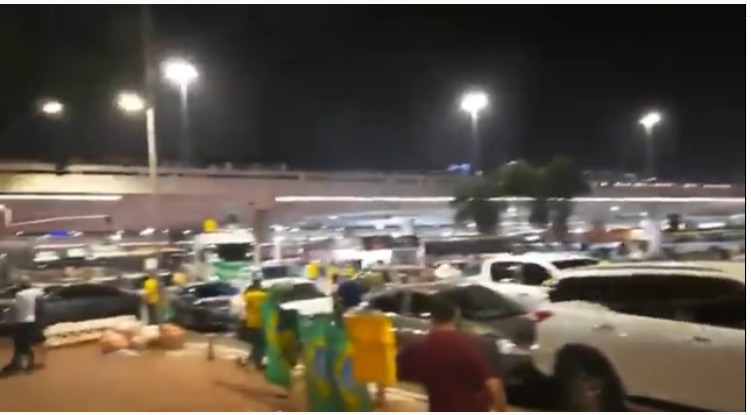 Capturar 20 - Vídeo divulgado por Flávio Bolsonaro mostra que manifestantes a favor do presidente já tumultuam Brasília; confira