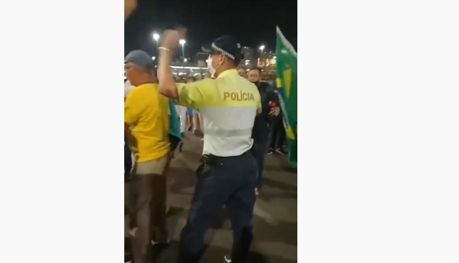 Capturar 22 - CONFUSÃO: Manifestantes bolsonaristas cercam PM na Esplanada dos Ministérios, nesta segunda-feira - VEJA VÍDEO