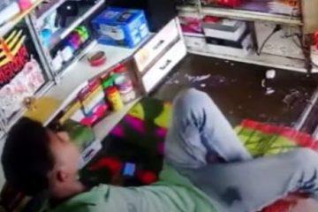 Jovem escapa de ataque de cobra que perseguia rato dentro de loja