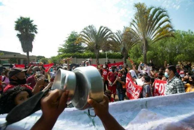 Capturar.JPGccc 2 - ESBANJANDO LUXO: MTST protesta em frente a mansão de Flávio Bolsonaro no Lago Sul