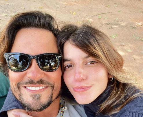 Capturar.JPGllooo - Paulo Vilhena mostra resultado de implante capilar em foto com a namorada