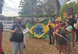 ESBANJANDO LUXO: MTST protesta em frente a mansão de Flávio Bolsonaro no Lago Sul