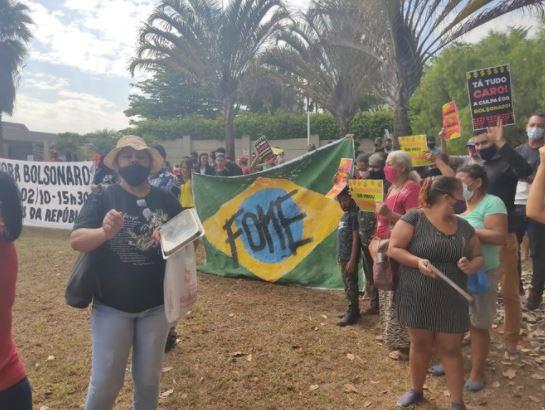 Capturar.JPGss  6 - ESBANJANDO LUXO: MTST protesta em frente a mansão de Flávio Bolsonaro no Lago Sul