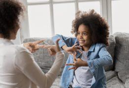 Amor e inclusão: menina de oito anos grava aulas para ensinar Libras ao avô