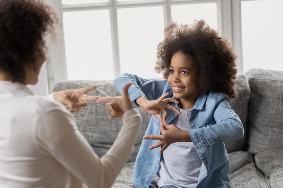 FOTO 3 2 - Amor e inclusão: menina de oito anos grava aulas para ensinar Libras ao avô