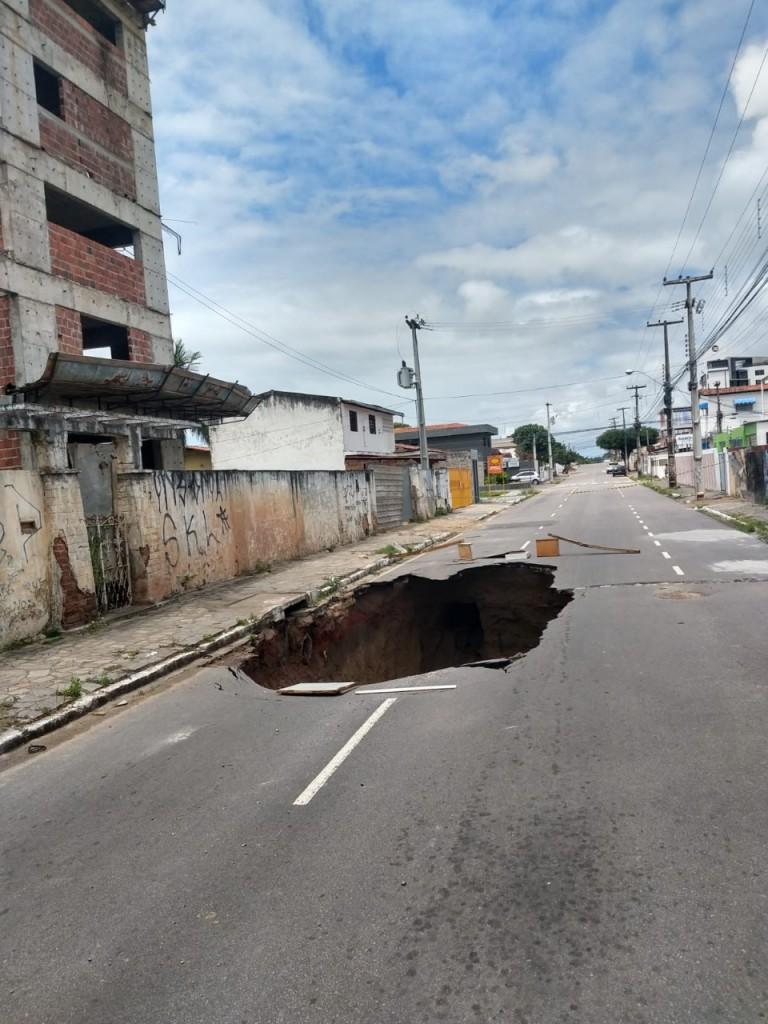 WhatsApp Image 2021 09 01 at 12.31.46 - ATENÇÃO MOTORISTA: Cratera se abre em asfalto na Av. Expedicionários, na Capital; trânsito foi alterado