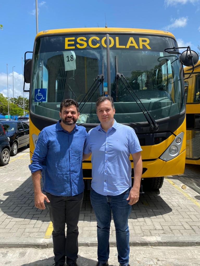 WhatsApp Image 2021 09 03 at 12.59.41 1 - Ao lado do prefeito Jarques Lúcio, Júnior Araújo participa de entrega de ônibus escolar em São Bento