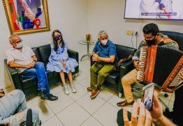 Cícero Lucena recebe visita de Laís Menezes, cantora que representa João Pessoa no The Voice Kids