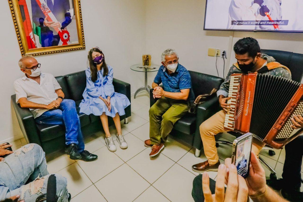 WhatsApp Image 2021 09 08 at 17.52.47 scaled - Cícero Lucena recebe visita de Laís Menezes, cantora que representa João Pessoa no The Voice Kids