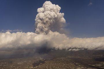 ap21266652781000 360x240 - ALERTA! Erupção de vulcão ganha força e ameaça mais 3 cidades nas Canárias