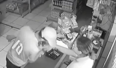 assaltante beija mao - Após assalto, suspeito se 'despede' de uma das vítimas com beijo na mão - ASSISTA