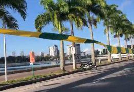Apoiadores de Bolsonaro erguem bandeira verde e amarela de 3 mil metros no Açude Velho