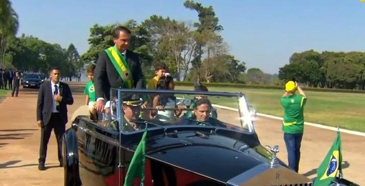 bolsonaro desfile - Com Nelson Piquet no volante, Bolsonaro inicia eventos com desfile em carro aberto e hasteamento da bandeira