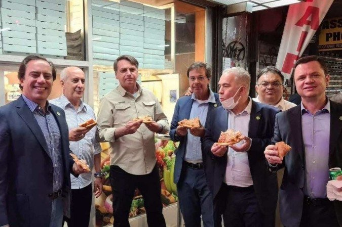 bolsonaro pizza - Sem estar vacinado contra a Covid-19, Bolsonaro come pizza na rua em Nova York; ministro Queiroga está na comitiva