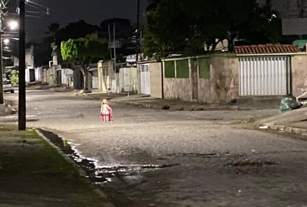 boneca afogados - SUCESSO DO TERROR: Boneca sentada em cadeira 'faz segurança' de rua no Recife e viraliza nas redes sociais