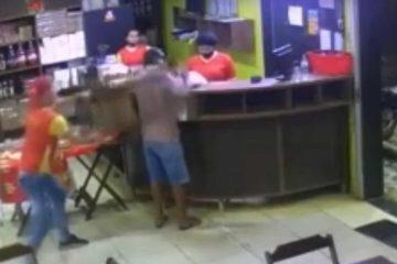 cadeirada em assaltante 1280x720 1 360x240 - Empregado dá cadeirada em ladrão e é eleito 'funcionário do mês' após impedir roubo - VEJA VÍDEO
