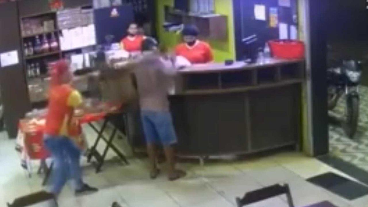 cadeirada em assaltante 1280x720 1 - Empregado dá cadeirada em ladrão e é eleito 'funcionário do mês' após impedir roubo - VEJA VÍDEO