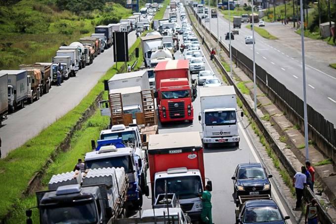 caminhoess - Caminhoneiros fazem greve em 8 estados e ocupam Esplanada em apoio a Bolsonaro e contra medidas do STF