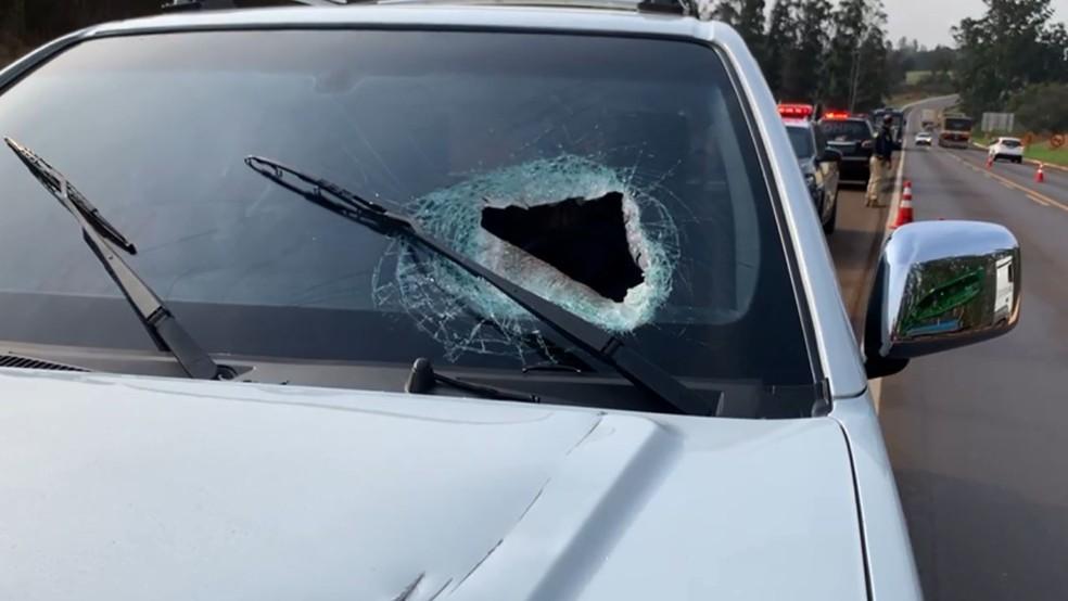 caminhonete - ACIDENTE FATAL! Motorista morre após ser atingido por peça que se soltou de caminhão em BR