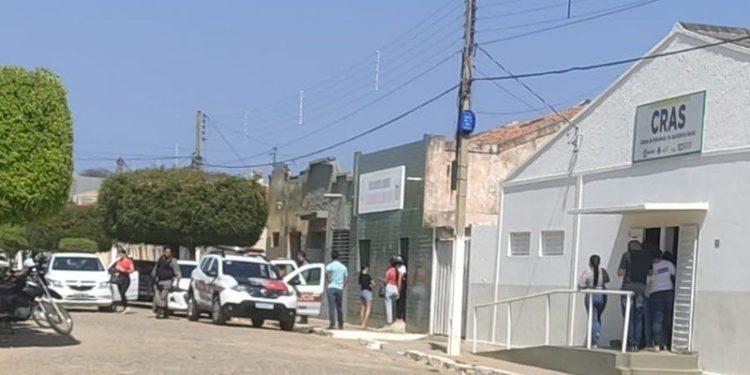 """cats 788 750x375 1 - Mulheres promovem """"quebra pau"""" dentro da Câmara de Diamante; Polícia Militar controla a situação"""