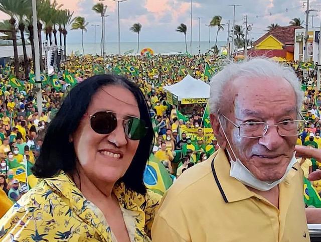 """ceceuantoniobarros - 7 DE SETEMBRO: Antônio Barros e Cecéu participam de manifestação e """"batem coração"""" por Bolsonaro"""