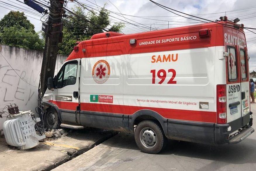 colisao ambulancia - Em surto, paciente agride enfermeira do Samu, assume o controle de direção e colide ambulância em poste em Santa Rita
