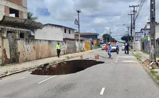 cratera 1 - ATENÇÃO MOTORISTA: Cratera se abre em asfalto na Av. Expedicionários, na Capital; trânsito foi alterado