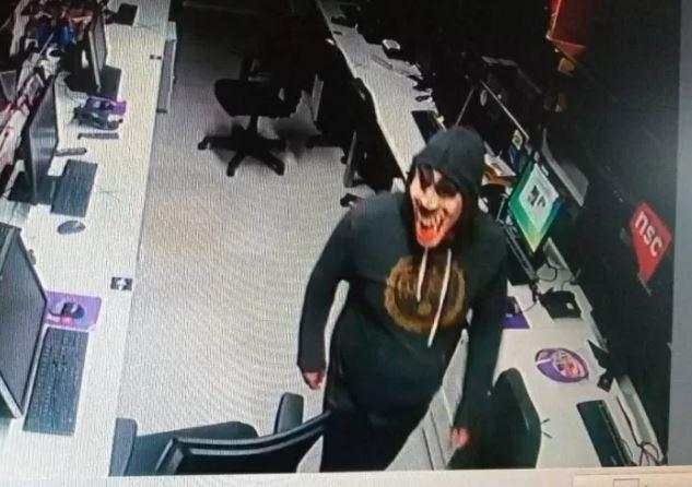 crin - Afiliada da Globo em SC é invadida por assaltantes com máscaras de palhaço