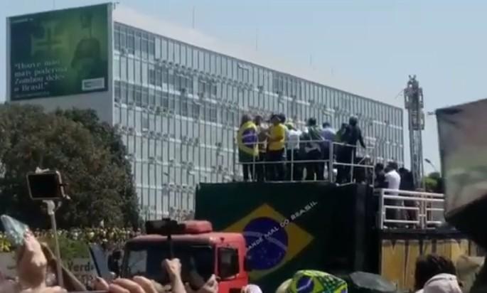 """esplanada - Bolsonaro ameaça Fux e Moraes: """"Ou se enquadra ou pede para sair"""" - VEJA VÍDEO"""