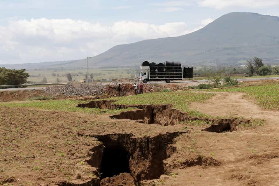 fenda1 - FENÔMENO NATURAL: Rachadura no Quênia pode ser indício que a África se dividirá ao meio- VEJA IMAGENS