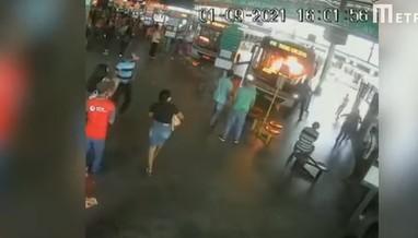 fogo - Câmera de segurança flagra mulher atendo fogo em motorista de ônibus; suspeita diz que vítima zombou do seu mau hálito- VEJA VÍDEO