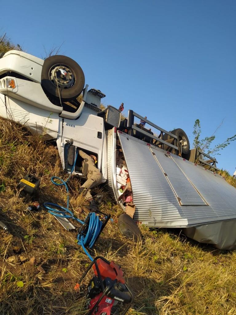 homem caminhao ferragens - Homem morre após passar horas preso em ferragens de caminhão capotado na PB