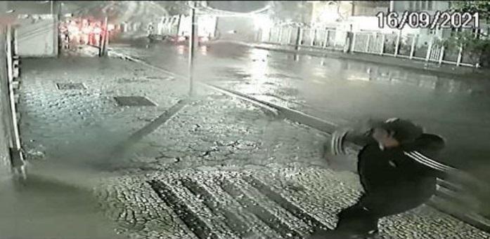 homem consulado - Homem é flagrado jogando explosivo em Consulado da China no Rio de Janeiro - VEJA VÍDEO