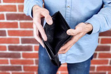 homem vestindo camisa azul mostrando uma carteira preta vazia 1268 14494 360x240 - CRISE: renda habitual do trabalhador teve queda de 6,6% no segundo trimestre, diz pesquisa