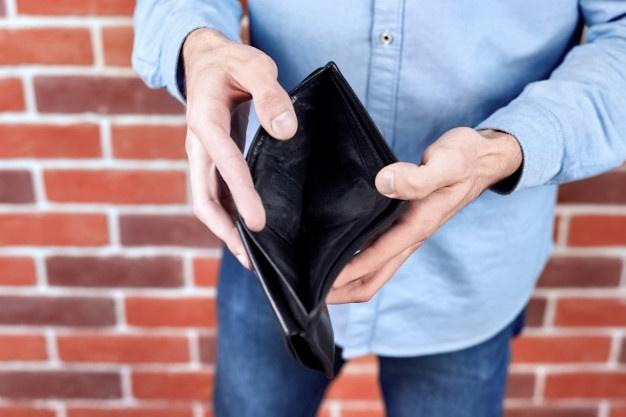 homem vestindo camisa azul mostrando uma carteira preta vazia 1268 14494 - CRISE: renda habitual do trabalhador teve queda de 6,6% no segundo trimestre, diz pesquisa