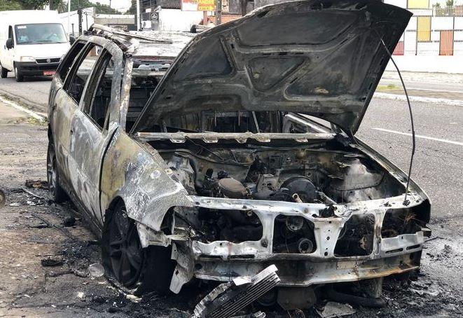 incendio - Carro comprado há cinco dias pega fogo em avenida de João Pessoa