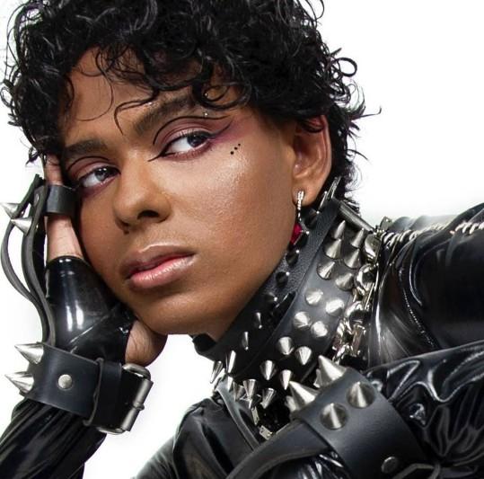 jotta a cantor - Ex-cantor gospel Jotta A sofre homofobia após lançar clip com drag queen