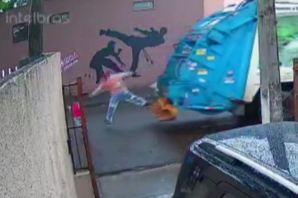 kelvin salva crianca - HERÓI: catador de lixo impede que uma criança de cinco anos seja atropelada e imagem impressiona - VEJA VÍDEO