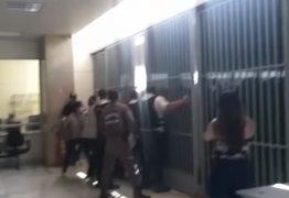 Em tumulto, manifestantes bolsonaristas tentam invadir prédio do ministério da Saúde – VEJA VÍDEO