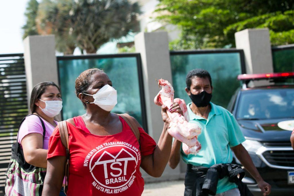 mansao flavio bolsonaro MTST ato 1 1024x682 1 - ESBANJANDO LUXO: MTST protesta em frente a mansão de Flávio Bolsonaro no Lago Sul