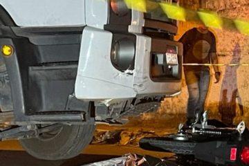 Jovem morre após colidir com caminhão de lixo enquanto empinava moto, em João Pessoa