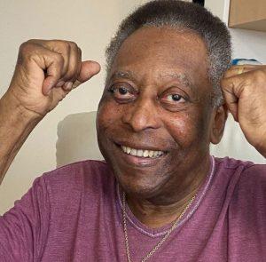 """pele 1 300x295 - Pelé posta foto e comemora recuperação: """"Dando socos no ar a cada dia melhor"""""""